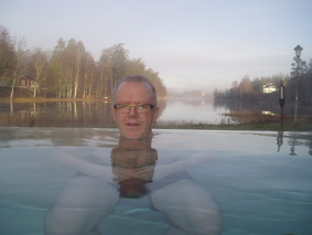 Hr Svensson badar utomhus 19 november.